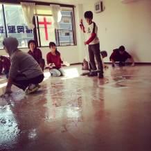 念願の大掃除。小学生、中学生4名を含めて25名の作業でした。 二年半分の相当な汚れも取れて、きれいになりました。