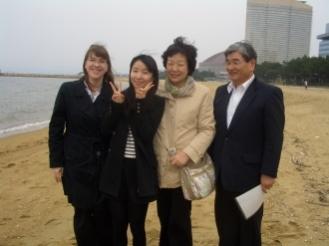 福岡聖書教会のスタッフとともに。 井之上牧師夫妻とシャッツ宣教師。