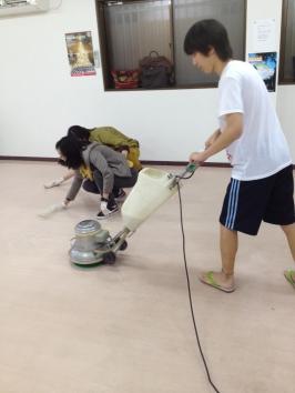 特別なマシンも使って床磨き&ワックスがけ